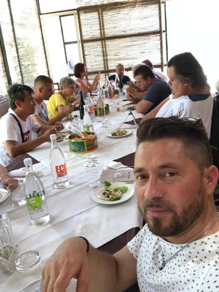 tutti seduti a tavola nel momento del ristoro