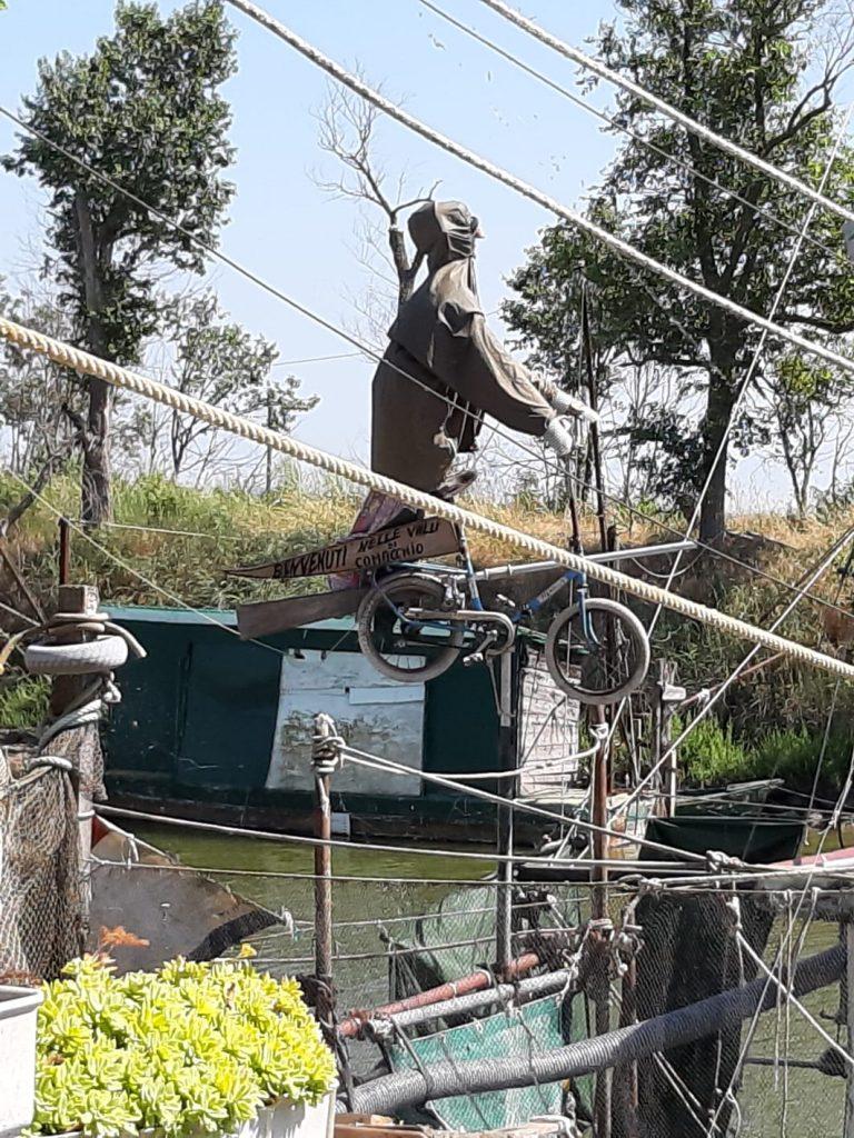 un casone di pesca con sculture estemporanee