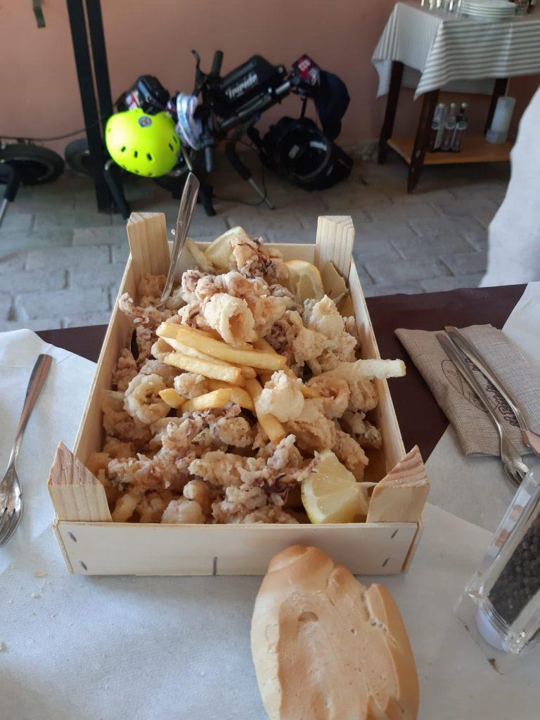 una porzione di pesce fritto
