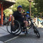 Una persona su handbike cambia la posizione delle ruote posteriori