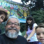 Persone di fronte al cartello di benvenuto del Camping Zoo