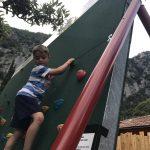 Bambino che si arrampica su una parete