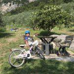 Bambino seduto in un area picnic