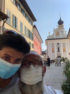 In primo piano Silvia e Roberto durante la visita al centro storico di San Candido. Sullo sfondo una chiesa