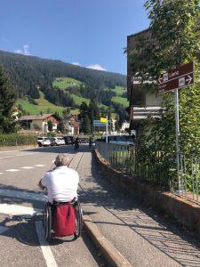 Persona in handbike sta percorrendo la parte iniziale della pista ciclabile San Candido Lienz