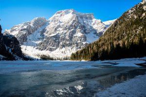 Lago di Braies semi ghiacciato