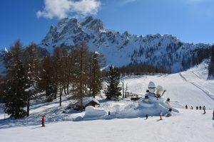 Pista da sci e pupazzi di neve sulle piste della Croda Rossa