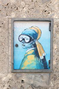 riproduzione del quadro di donna con orecchino realizzata da Blub, con maschera sub