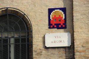 Particolare di un murales di Invaders ispirato al famoso gioco Space Invaders