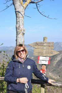 Monica Buldrini in escursione con cartelli del CAI