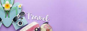 oggetti di viaggio come fotocamera, infradito e mappamondo